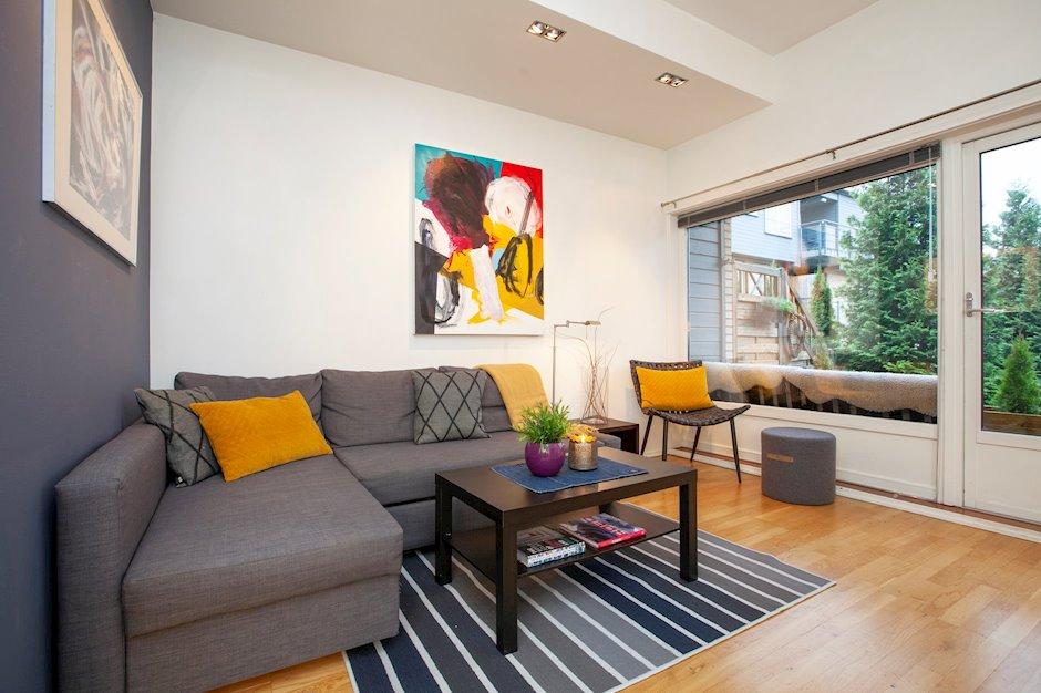 Leiligheten kan enkelt innredes og det er naturlige plasser til sofa, tv og spisestue.